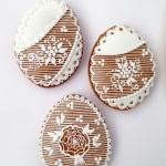 Oeufs de Pâques motif fleurs sur traits horizontaux, 7 x 5,5 cm